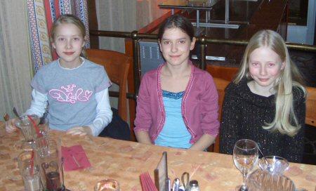 Tytöt päivällisellä