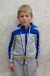 Pojat alle 11 voittaja Kaius Puura, ESRC, kuvasta puuttuu hopeamitalisti Tomi Litkey ESRC