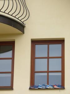Pojat kuivattelivat kenkiään hotellin ikkunalaudalla - kössärit tunnistaa jo kaukaa.